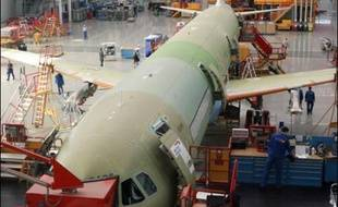 L'Allemagne est prête à investir davantage dans Airbus et EADS afin de défendre les usines allemandes de l'avionneur européen et préserver l'équilibre franco-allemand au sein de sa maison mère, a-t-on appris lundi de sources proches du gouvernement.