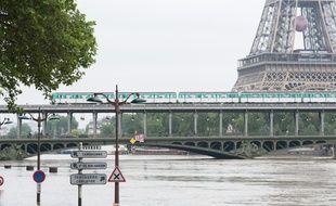 Une rame de métro devant la Tour Eiffel, à Paris, alors que la Seine connaît une crue importante, le 4 juin 2016.
