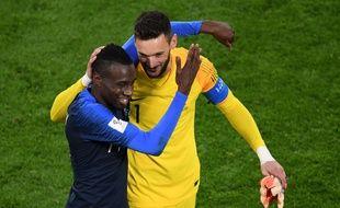Blaise Matuidi et Hugo Lloris heureux après la victoire de la France face au Pérou à Ekaterinburg, et la qualification pour les huitièmes de finale de la Coupe du monde, le 21 juin 2018.