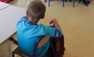 Illustration d'un. Un enfant en classe de CP. Strasbourg.