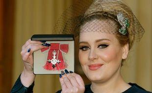 Adele à Buckingham Palace, à Londres, le 19 décembre 2013.