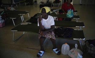 L'ouragan Dorian a fait au moins cinq morts aux Bahamas, avec des vents d'une extrême violence, des vagues plus hautes que les toits de nombreuses maisons.