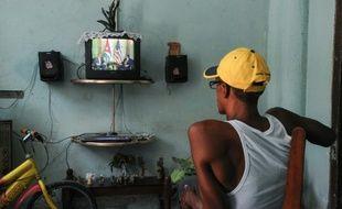 Un Cubain suit à la télévision l'annonce du rétablissement des relations diplomatique le 1er juillet 2015 à La Havane