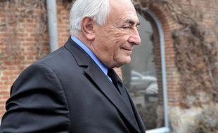 Dominique Strauss-Kahn quitte son hôtel de Lille le 16 février 2015