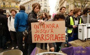 Des étudiants de la Sorbonne construisent une barricade symbolique place Saint-Michel à Paris pour protester contre la réforme des Universités, le 8 avril 2009.