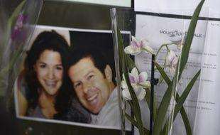 Des fleurs devant une photo de Jessica Schneider et Jean-Baptiste Salvaing lors de l'hommage qui leur a été rendu le 16 juin 2016 à Mantes-le-Jolie
