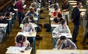 Des lycéens en train de plancher sur les épreuves du bac au Lycée Jacques Decour à Paris.