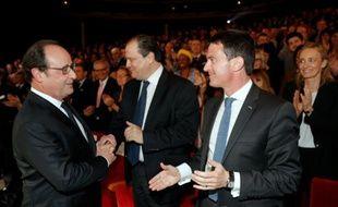 François Hollande (G) s'entretient avec le Premier ministre Manuel Valls (D)et le patron du PS Jean-Christophe Cambadélis, le 3 mai 2016 à Paris