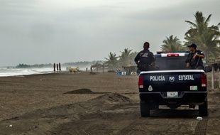 Des policiers sur la plage de Boca de Pascuales, au Mexique, le 22 octobre 2015.