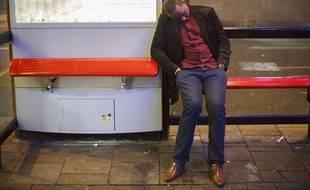 Un homme dort tant bien que mal après avoir trop bu à Londres en décembre 2013.