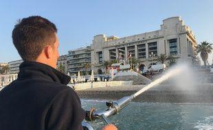 La ville de Nice dispose d'un bateau construit sur-mesure pour lessiver les galets.