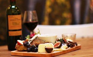 Assiette de fromage et charcuterie accompagnée d'un vin de Bordeaux