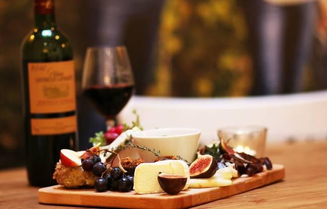 Un château en ville propose avec le vin du château Lestrille des planches à partager pour 20 euros.