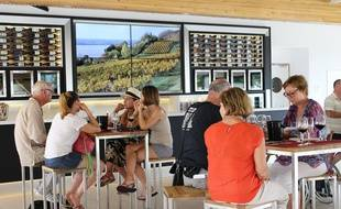Le bateau fait un arrêt à la Maison des vins des côtes-de-Bourg pour une dégustation.