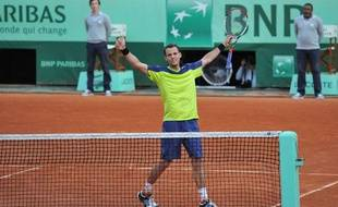 Paul-Henri Mathieu célèbre sa victoire, le 31 mai 2012, sur le court central de Roland-Garros, contre John Isner.
