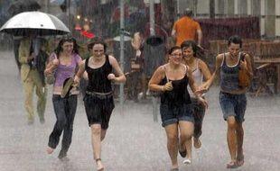 L'Europe fait face depuis quelques jours à des dérèglements climatiques sans précédents. Tandis que le Nord du continent est noyé sous des pluies battantes, le Sud enregistre des records de température. En Allemagne, deux hommes ont trouvé la mort dans des violentes intempéries et le trafic à l'aéroport de Francfort, l'un des plus importants d'Europe, a été fortement perturbé par les chutes de pluie, le 21 juin 2007.