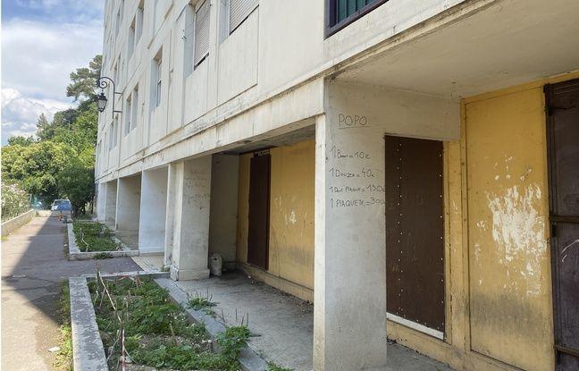 Sur ce mur, en bas d'un immeuble de l'impasse des Liserons, la liste des prix de la drogue.