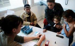 La commission des Affaires sociales de l'Assemblée, saisie pour avis, a rejeté mercredi un amendement UMP limitant le champ de l'aide médicale d'Etat (AME), qui permet un accès gratuit aux soins pour les personnes étrangères résidant en France de manière irrégulière.
