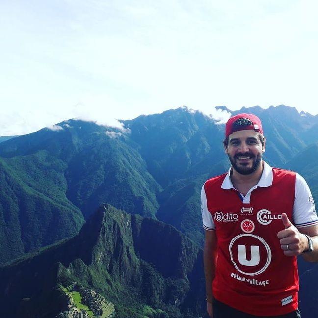 Le supporter du Stade de Reims ne pouvait pas partir autour du Monde sans son maillot. Pour le remercier, le club l'a laissé siffler le coup d'envoi d'un match.