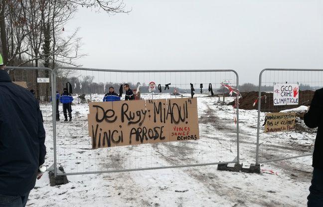 Les opposants au projet autoroutier controversé du Grand contournement ouest de Strasbourg ont installé des pancartes à l'entrée du chantier de la forêt du Krittwald où 12 hectares doivent être coupés à Vendenheim.