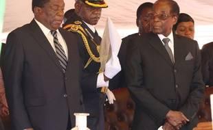 Le président zimbabwéen Robert Mugabe (à droite), avec son vice-président Emmerson Mnangagwa, le 1er novembre 2017 à Harare.