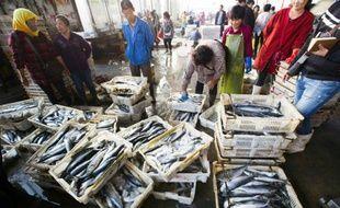 Des acheteurs et vendeurs au marché des poissons, le 10 septembre 2015 à Lianyungang, dans l'est de la Chine