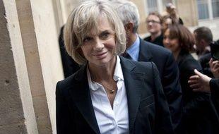 L'ancienne ministre socialiste Elisabeth Guigou arrive à un déjeuner  organisé par le ministre de la ville Maurice Leroy avec ses prédécesseurs pour  fêter les 20 ans de la politique de la ville, le 13 janvier 2011 à Paris.