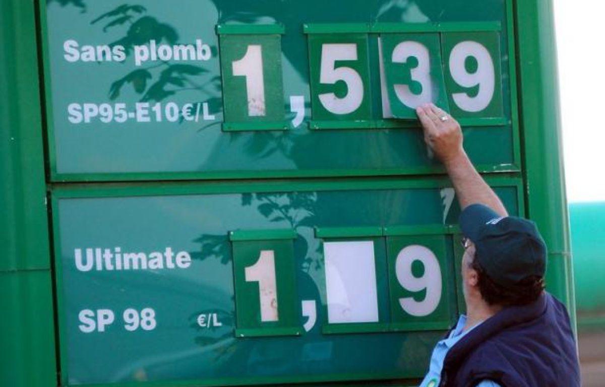 Les prix de l'essence ont battu un nouveau record historique en France vendredi dernier, selon les relevés hedbomadaires publiés lundi sur le site du ministère du Développement durable. – Philippe Huguen afp.com