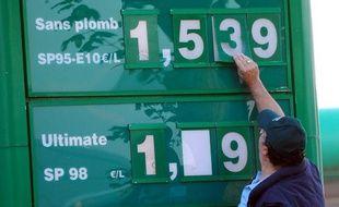 Les prix de l'essence ont battu un nouveau record historique en France vendredi dernier, selon les relevés hedbomadaires publiés lundi sur le site du ministère du Développement durable.