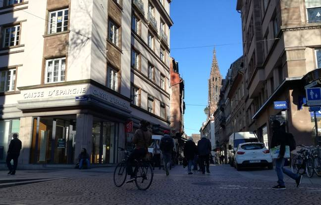 Un cycliste dans le centre-ville de Strasbourg.