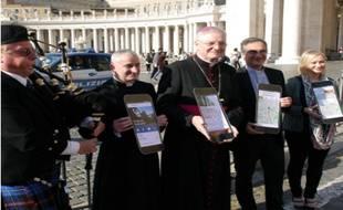 Leo Cushley, archevèque d'Edimbourg, lors du lancement de The Catholic App, sur la place Saint-Pierre au Vatican.