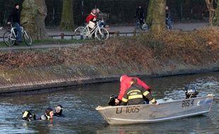 Des enquêteurs de la police judiciaire de Lille assistés par des plongeurs des sapeurs-pompiers sondant la Deûle en 2011 après la disparition de Jean-Meriadec Le Tarnec. (Archives)