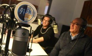 Dans les studios de la radio associative FM Plus.