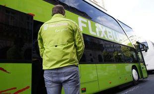 Un autocar de l'entreprise allemande FlixBus, le 19 mai 2015 à Paris