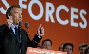 """François Bayrou s'est présenté lundi à Reims comme le seul capable de résoudre """"la crise exceptionnelle"""" du pays, face à Nicolas Sarkozy et Ségolène Royal qui """"n'en ont pas les moyens"""", compte tenu de leur """"base étroite""""."""