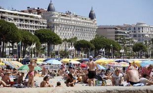 Des personnes bronzent sur la plage, le 31 juillet 2013 à Cannes.