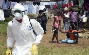 Chagrin d'une femme après le décès de son mari atteint par le virus Ebola le 4 octobre 2014 à Monrovia