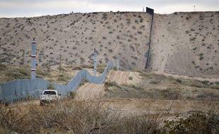 Un garde-frontière américain patrouille au Nouveau-Mexique.