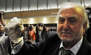 """Le co-fondateur du groupe Swatch, Nicolas  Hayek, tient une réplique de la fameuse montre de Breguet, """"Marie-Antoinette"""",  à Basel, le 4 avril 2008."""