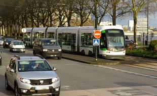 Nantes, le 12 février, circulation de voitures et tramway de la ligne 1 quai de la Fosse (illustration)