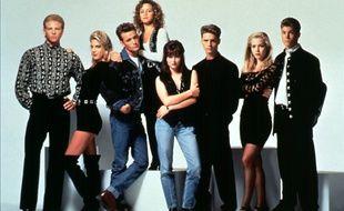 Ian Ziering, Tori Spelling, Luke Perry, Gabrielle Carteris, Shannen Doherty, Jason Priestley, Jennie Garth, Brian Austin Green dans la série «Beverly Hills 90210» en 1995.