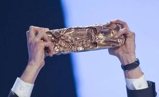 Ce César et ces mains appartiennent à Pierre Niney, sacré meilleur acteur en 2015 pour «Yves Saint Laurent».
