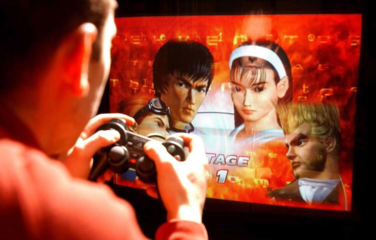 Illustration: Un homme joue à un jeu vidéo. – ISOPRESS/SIPA
