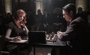 Anya Taylor-joy (Beth Harmon) et Marcin Dorocinski (Vasily Borgov) dans « Le jeu de la dame» (« The Queen's Gambit »).
