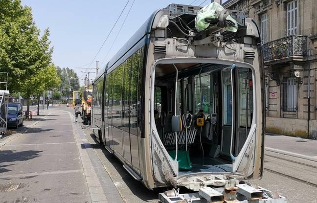 Les rames longues (42 m) de la ligne C du tram à Bordeaux, ont dû être découpées en trois éléments pour être chargées sur des remorques porte-chars.