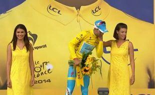 Nibali sur le podium de la 2e étape du Tour de France, le 6 juillet 2014.