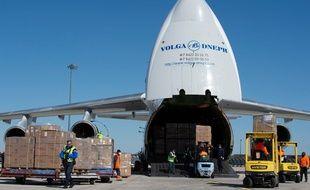 Un avion livre des masques en provenance de Chine dans l'Est de la France, le 30 mars 2020.
