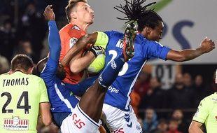 VIDEO. Ligue 1: Penalty, petit pont, frappe croisée ou retourné... Les gestes et buts du match nul entre Strasbourg et Angers à revoir