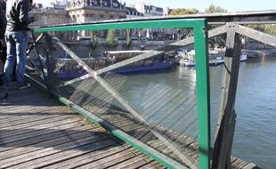 Un prototype de panneaux vitrés qui seront installés sur le pont des Arts. «La version définitive limitera encore plus les reflets», assure l'entreprise Saint-Gobain.