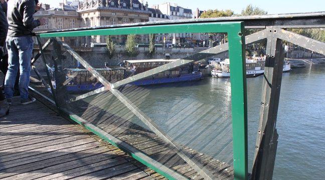 paris au pont des arts les panneaux vitr s en passe d tre pos s. Black Bedroom Furniture Sets. Home Design Ideas